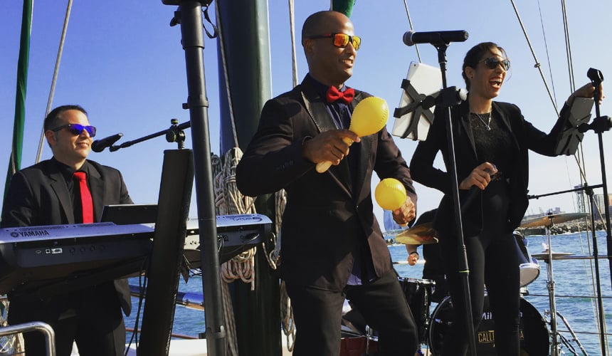 Grupo musical actuando en un barco