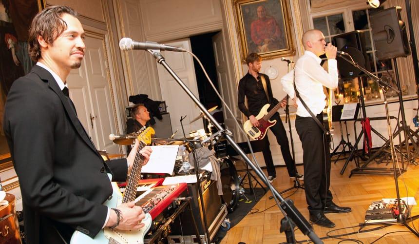 Grupo musical para fiesta privada tocando en el salon