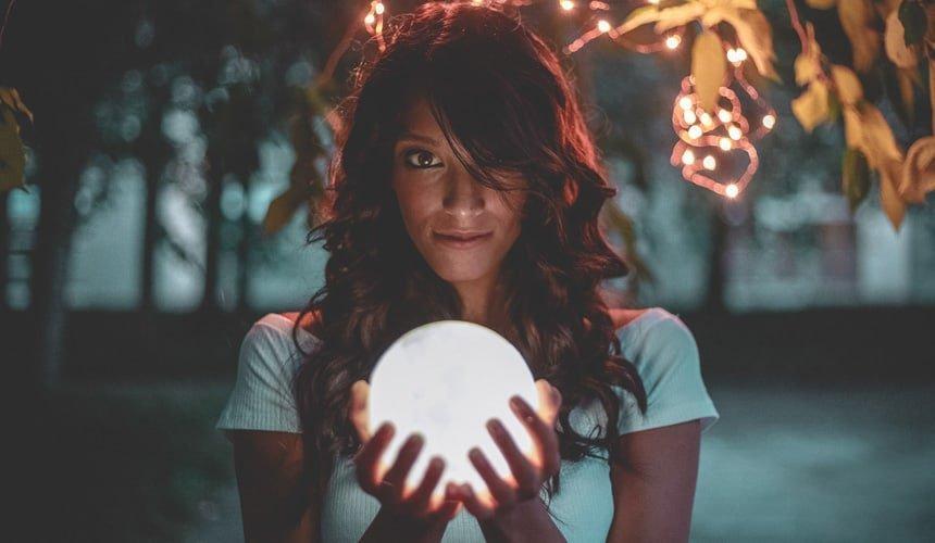 Chica con bola esoterica