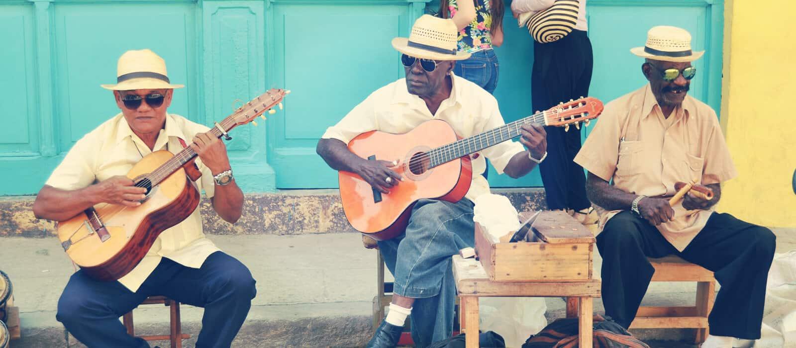 musicos cubanos tocando en las calles