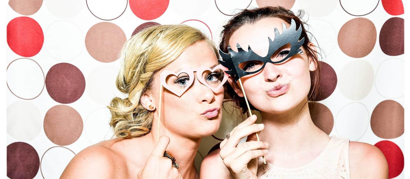 Photocall bodas chicas posando